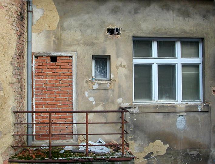 F10. Absurdní balkon