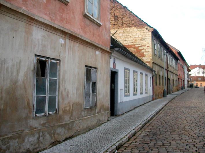 F2. Staré domky a nová dlažba